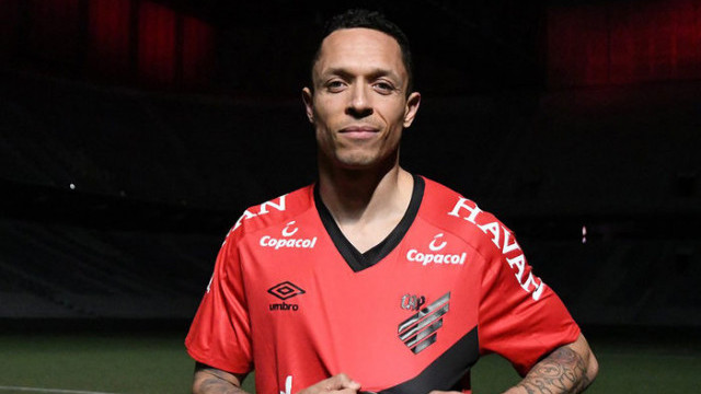 Beşiktaş'tan ayrılan Adriano Athletico Paranaense ile sözleşme imzaladı