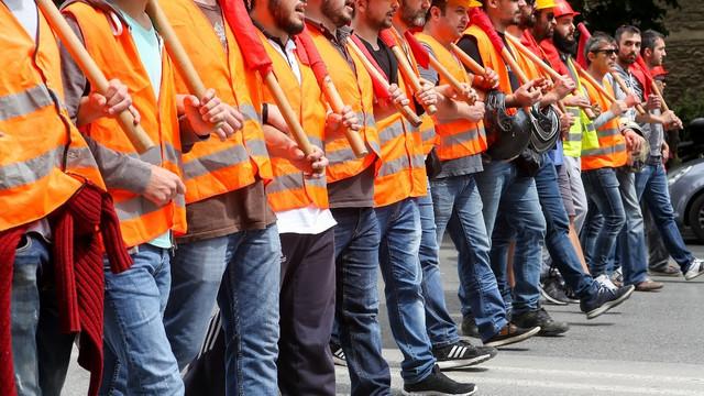 Binlerce kamu işçisi grev kararı aldı !