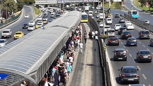 İstanbul'da korkunç kaza ! Bir genç metrobüsün altında kaldı