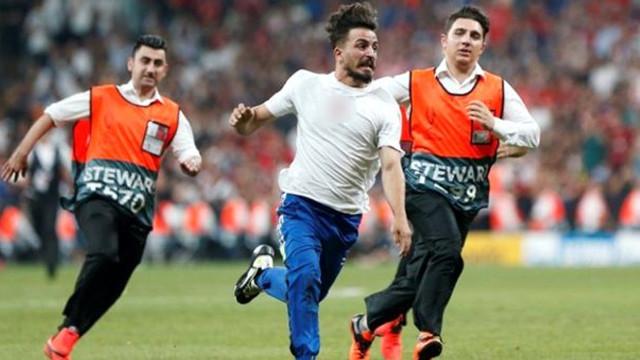 Süper Kupa maçında sahaya atlayan Türk Youtuber'a tepki yağdı