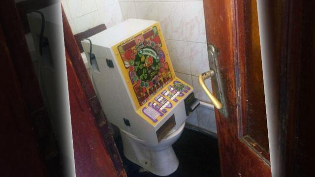Yok artık ! Tuvalete kumar makinesi monte etmişler