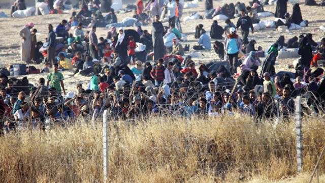 Onbinlerce Suriyeli Türkiye sınırına sığındı
