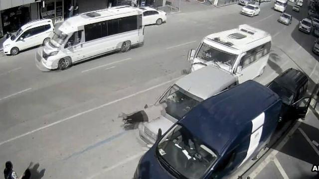 Akılalmaz kaza kamerada! Duran araç yolcuya çarptı