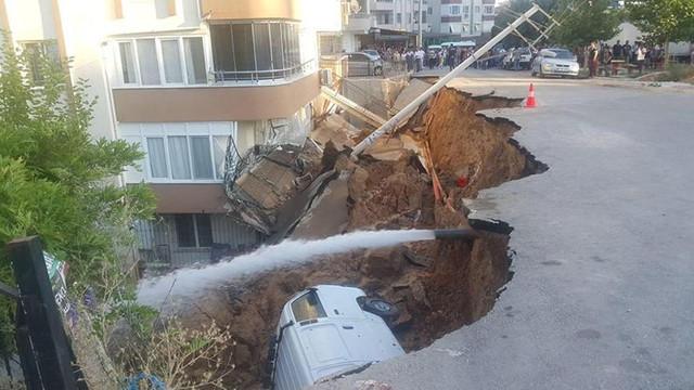 İzmir'de korku dolu anlar ! İstinat duvarı çöktü