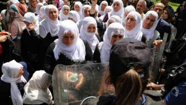 Beyaz tülbentli annelerden AK Parti önünde oturma eylemi
