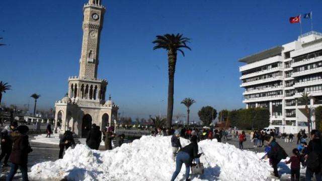 İzmir Konak Meydanı'nda kar sürprizi