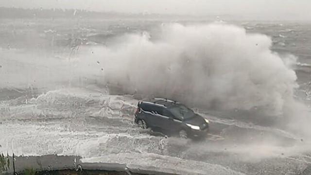 İngiltere'yi fırtına vurdu! AVM'nin çatısı uçtu