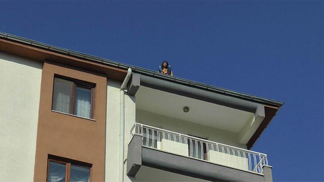 Çatıda duran genç kızı farketmedi