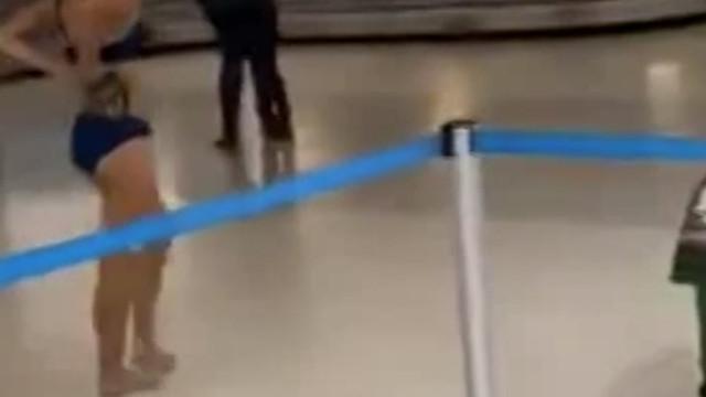 Kadıdn yolcu havalimanında çırılçıplak soyundu!