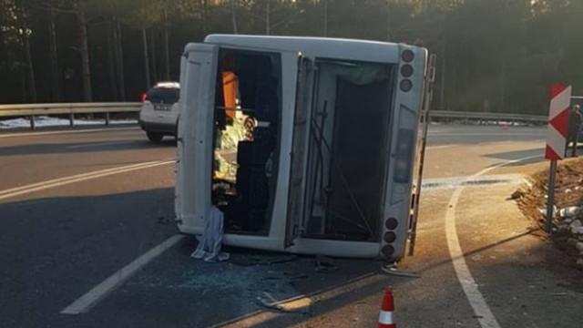 Yolcu midibüsü ile kamyonet çarpıştı: 26 yaralı