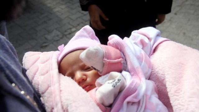 Bebeğini kapıya bırakan anneden akılalmaz sözler