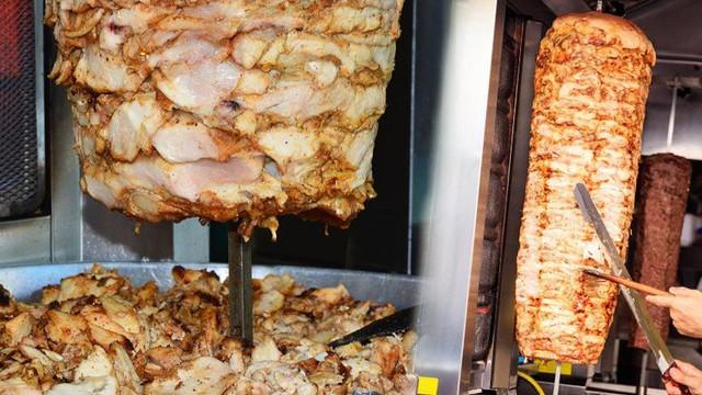 İşte çok sık yediğimiz tavuk döner gerçeği !