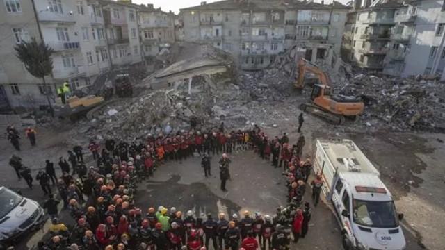 Elazığ'da arama kurtarma ekiplerinden ağlatan tören