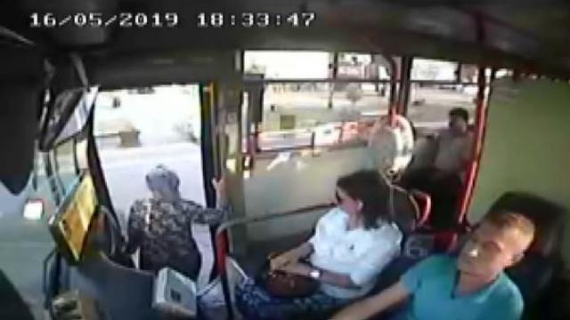 Kadın yolcunun otobüsten düşme anı kamerada