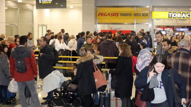 Sabiha Gökçen'de uçuşlar iptal protestosu