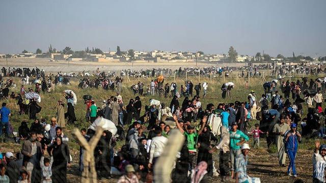 300 bin Suriyeli Türkiye sınırına ilerliyor !