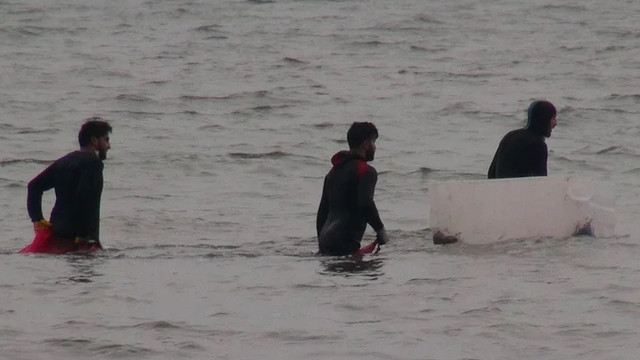 Kaçak avcılar polisi görünce denize kaçtı
