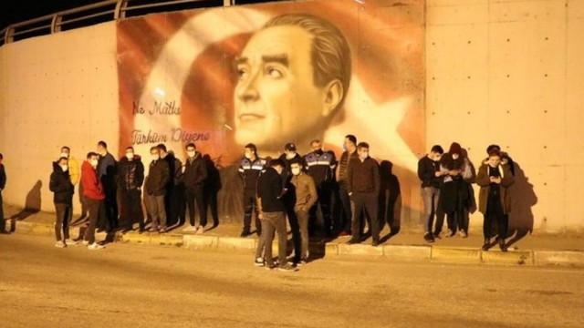 Vatandaş Atatürk için gece nöbetinde!