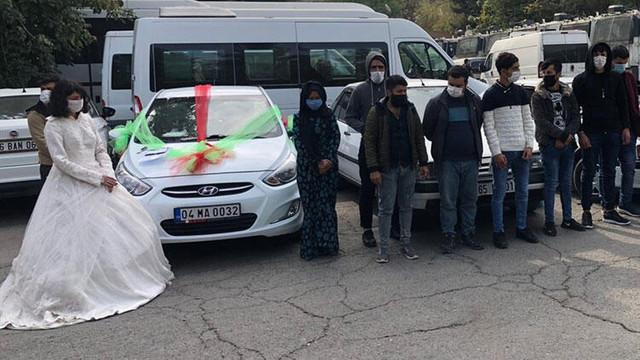 Bunu da gördük! Düğün konvoyu gibi süslenen 3 araçtan 16 göçmen çıktı