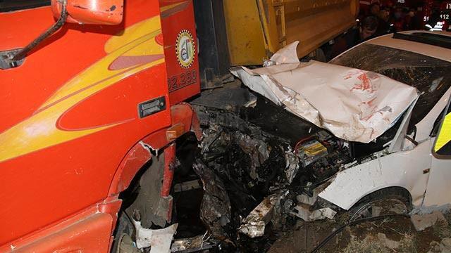 Otomobil kamyonla çarpıştı: 2 yaralı