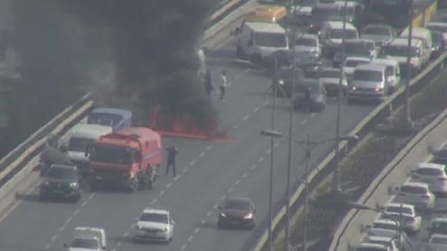 İstanbul'da trafiği kilitleyen yangın