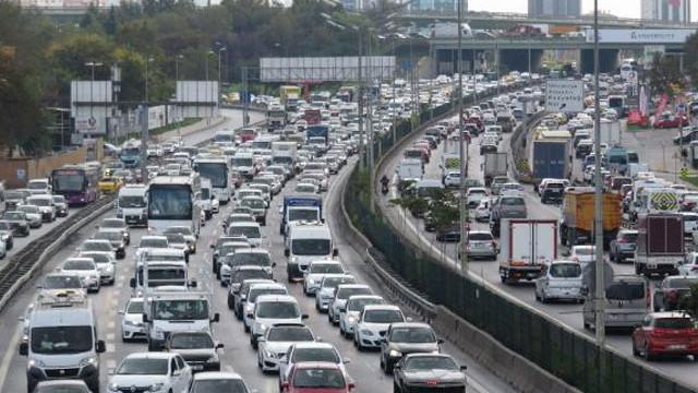 Yola çıkacaklar dikkat! Tatilcilerin trafik çilesi başladı