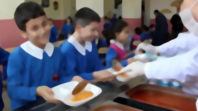 Milyonlarca öğrenciye ücretsiz okul yemeği