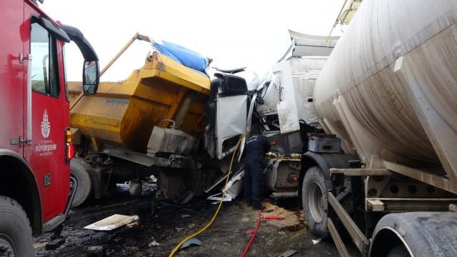 Şile'de hafriyat kamyonları kafa kafaya çarpıştı