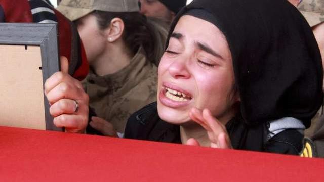 Şehit cenazesinde gözyaşları sel oldu: ''Allah belanı versin Esad!''