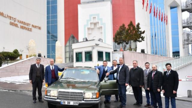 Bahçeli klasik otomobilini belediye başkanına hediye etti