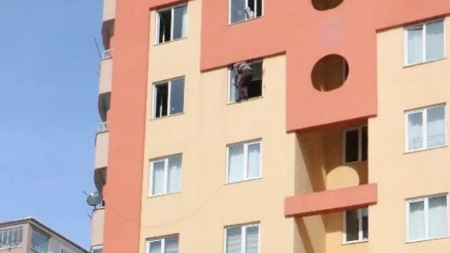 Pencerede dehşet var! Bir anda kendini kesmeye başladı