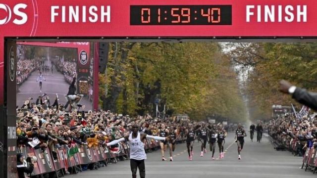 Kenyalı atlet Eliud Kipchoge, maratonu iki saatin altında koşan ilk sporcu olarak tarihe geçti