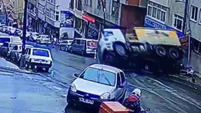 Asfalt yüklü kamyon araçları ezdi !