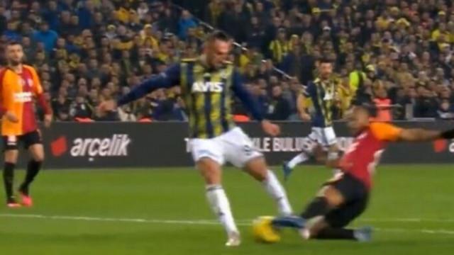 Fenerbahçe - Galatasaray maçında tartışmalı penaltı pozisyonu