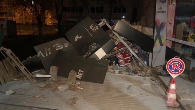 Ankara'da 3 katlı dükkan çöktü!