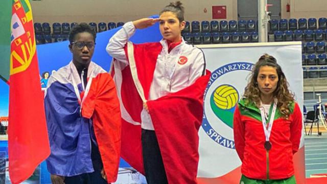 Bakan Kasapoğlu, dünya şampiyonu Esra Bayrak'ı kutladı
