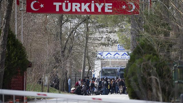 Yunanistan sınırını otobüsle kapattı !