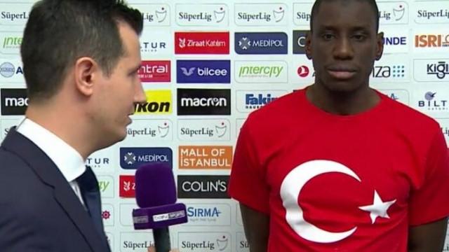 Demba Ba Türk bayraklı tişörtle röportaj verdi!