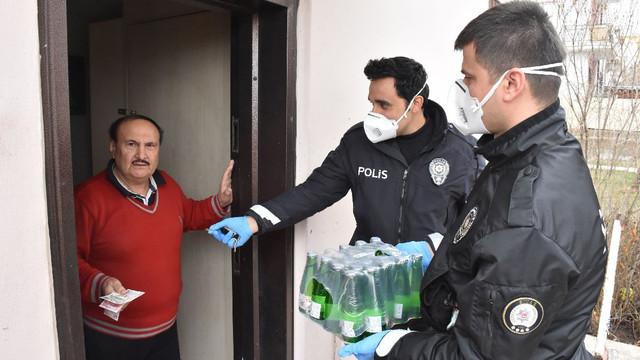 Sokağa çıkma yasağı var diye polise maden suyu sipariş etti