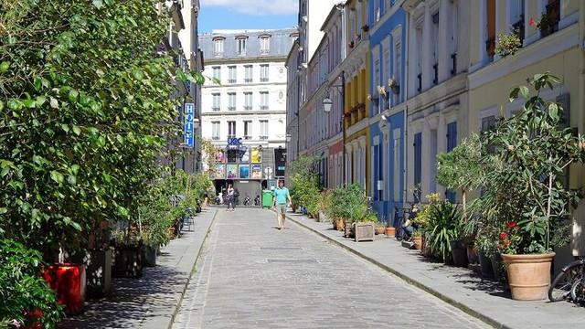 Fransa'da 37 kentte sokağa çıkma yasağı ilan edildi