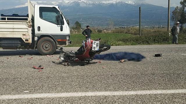 Kamyonet ile çarpışan motosiklet sürücüsü can verdi