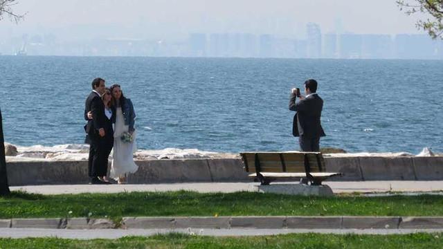 Sahilde nikah öncesi ''sosyal mesafesiz'' hatıra fotoğrafı