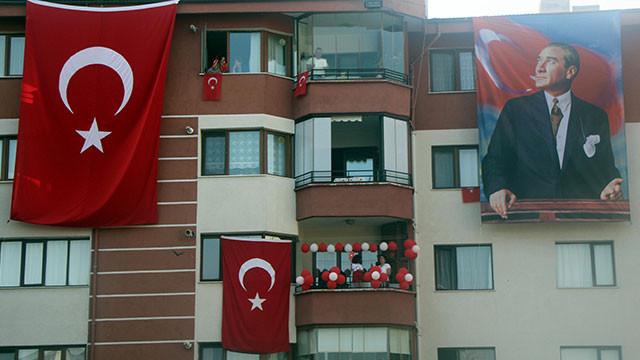 Türkiye 19:19'da balkonlarda İstiklal Marşı okudu!