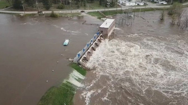 Baraj çöktü, 50 otoyol kullanım dışı