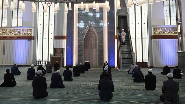 Camilerde bayram namazı kılınacak mı ? Diyanet açıkladı