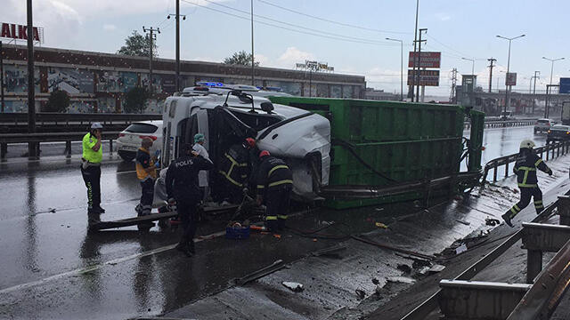 Kocaeli'nde çöp kamyonu devrildi: 1 ölü 1 yaralı