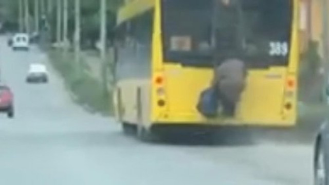 Tedbirler kapsamında otobüse binemeyen 70 yaşındaki kadın çareyi buldu!