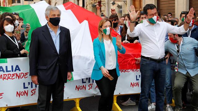 İtalya'da koronavirüs yönetim şekline dev protesto!