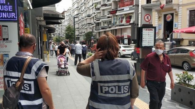 ''Maske takın'' diye uyaran polise bıçakla saldırdılar!