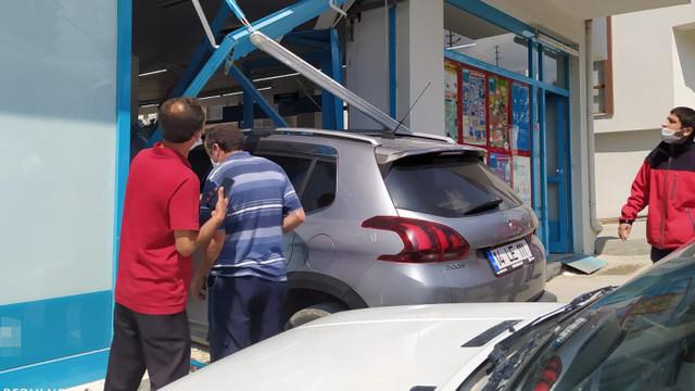 Markette alışveriş yapanlara otomobil çarptı